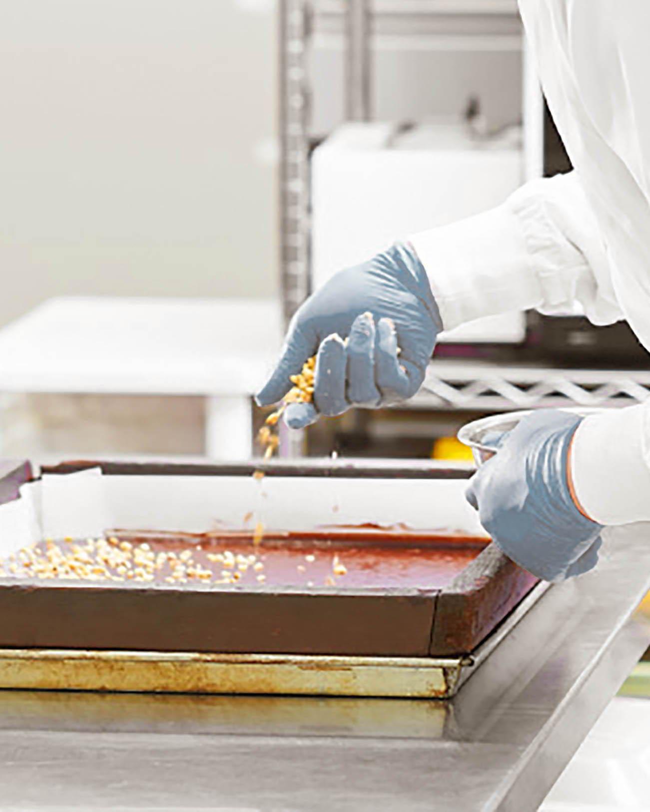 Nakajima Taishodo employee making Japanese sweets