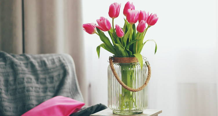 Tulips in a vase: How to cut Tulips?
