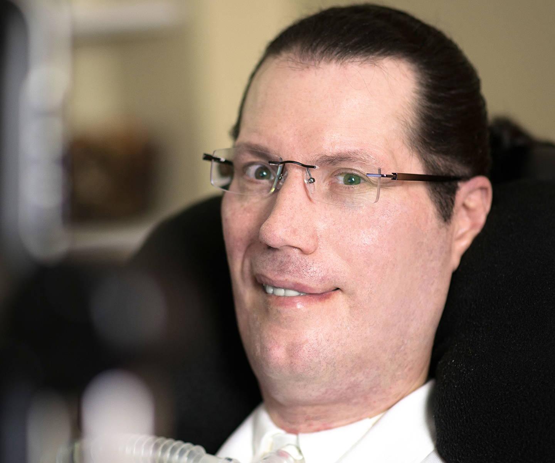 En mann med ALS bruker en PCEye øyestyringsenhet for å betjene datamaskinen sin