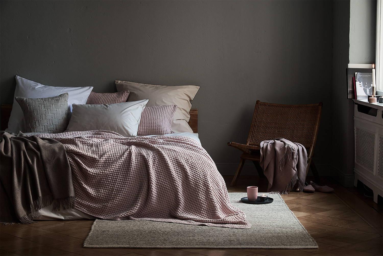 Schlafzimmer mit Decke in Rosa