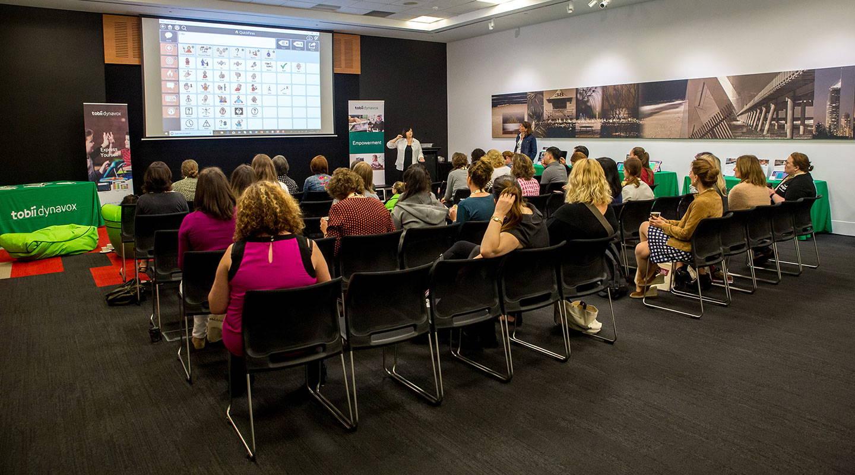Publikum hört bei einer Veranstaltung von Tobii Dynavox dem Vortrag zu