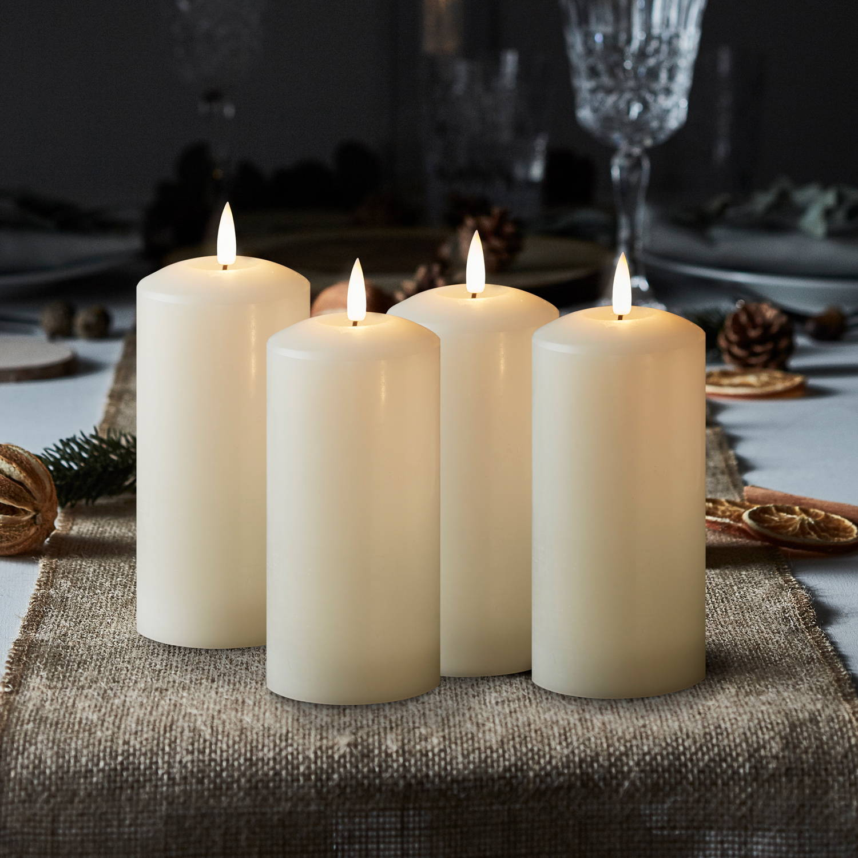4 weiße Adventskerzen.