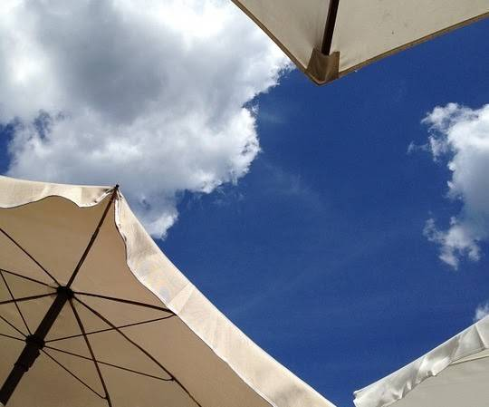 Parasoller og blå himmel