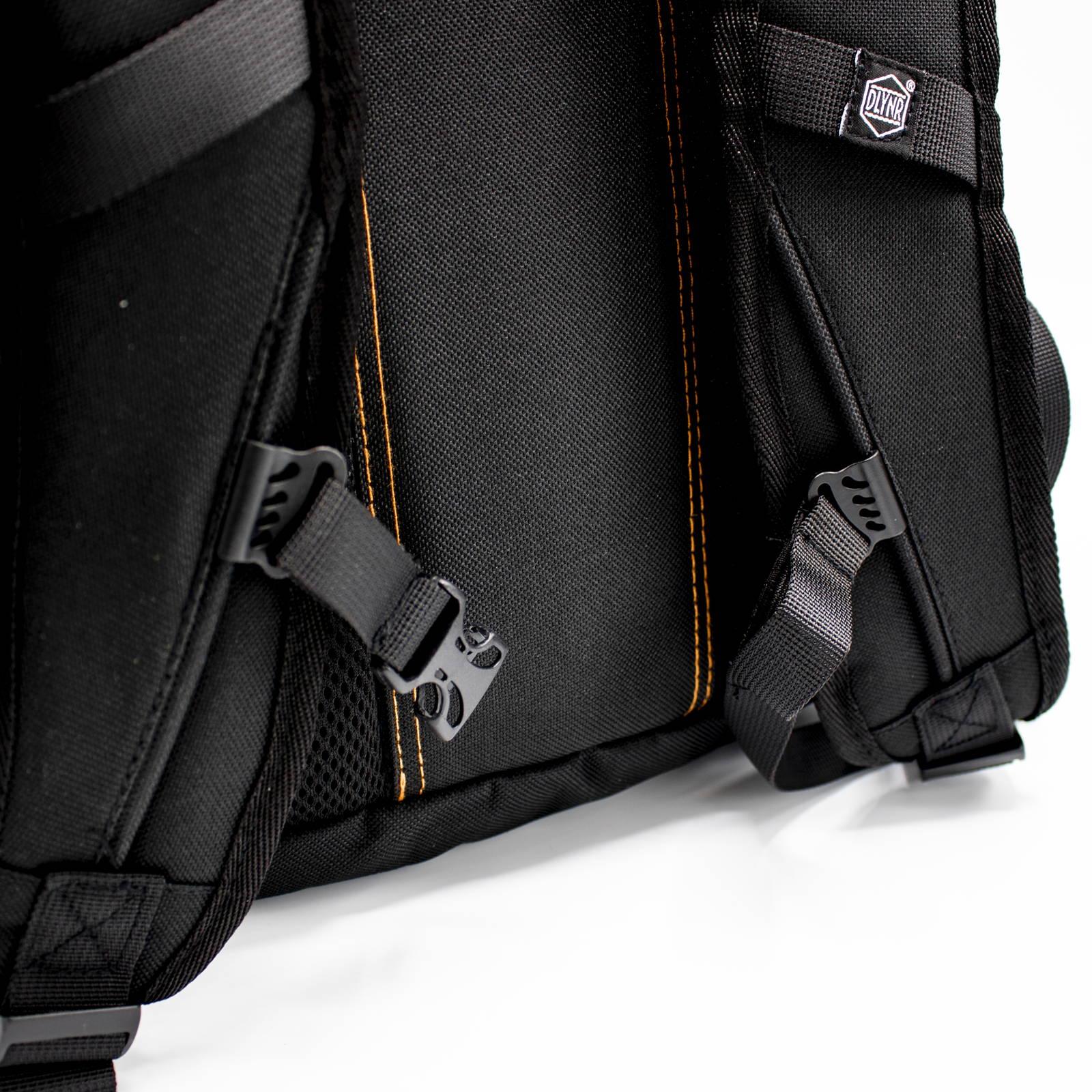 Zaino Shadow Backpack:  - Realizzato in Canvas Nylon 230D - Scomparto interno con tasca per il computer (15'') e tasca in rete portaoggetti - Logo ricamato 3D - Quattro tasche laterali e due frontali - Zip waterproof - Strap porta skateboard con dettagli reflective - Spallaccio ergonomico neck Shape per il massimo del comfort - Schienale imbottito in Air mesh - Stringhe ergonomiche per il petto - Cover Waterproof con dettaglio logo reflective - Altezza 50 cm, Larghezza 32 cm, Profondità 20 cm - CAPIENZA 25 LITRI  Zaini Dolly Noire.