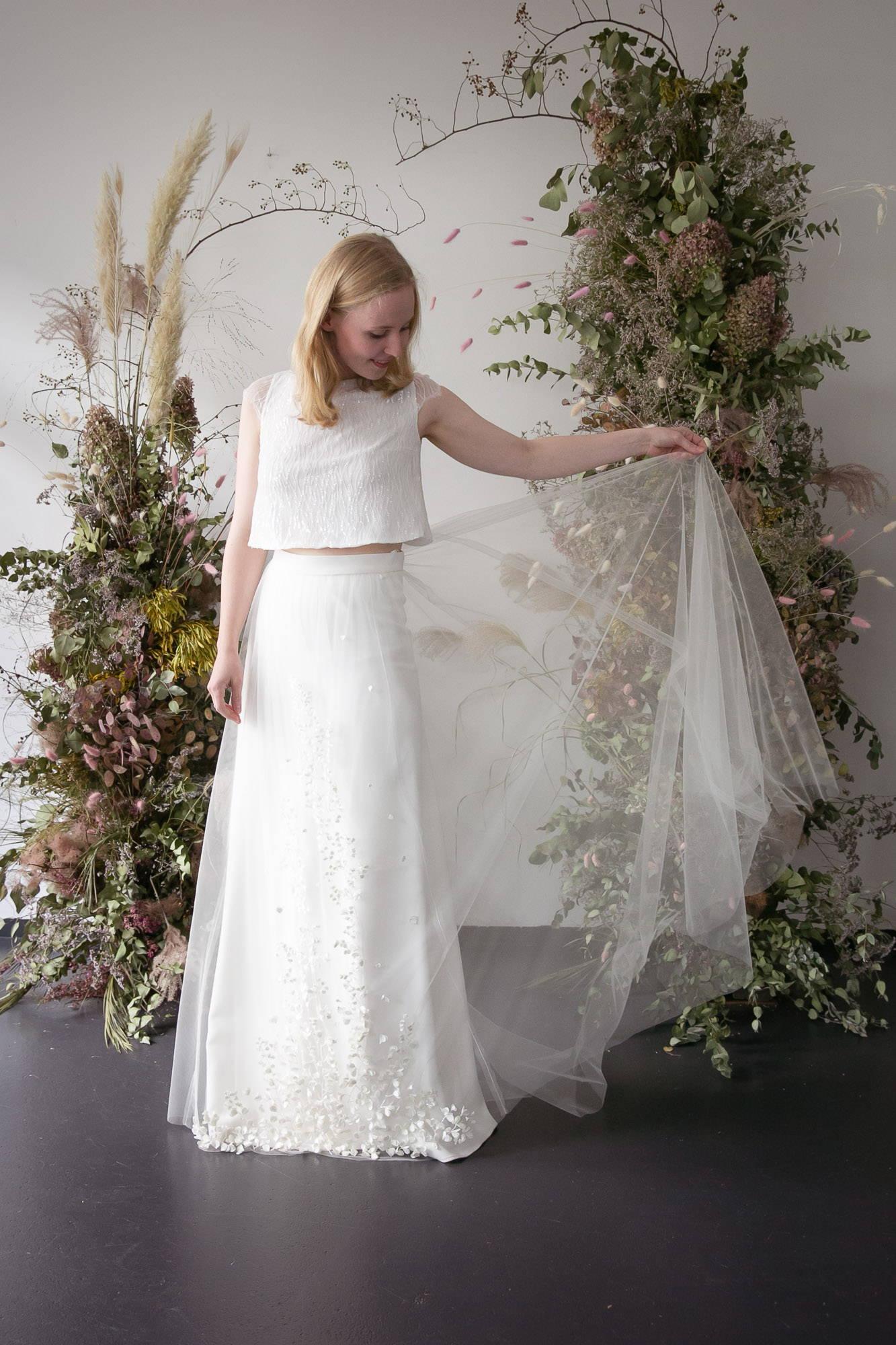 noni Brautkleider, romantischer Hochzeits-Zweiteiler für die Braut mit Paillettentop Isla, Glockenrock Lillith und Überrock Amy mit 3D-Satinblüten