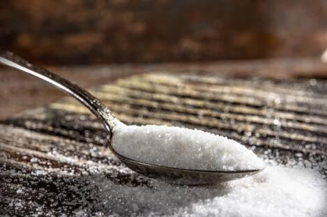 Cuillère remplie de sucre raffiné (industriel)