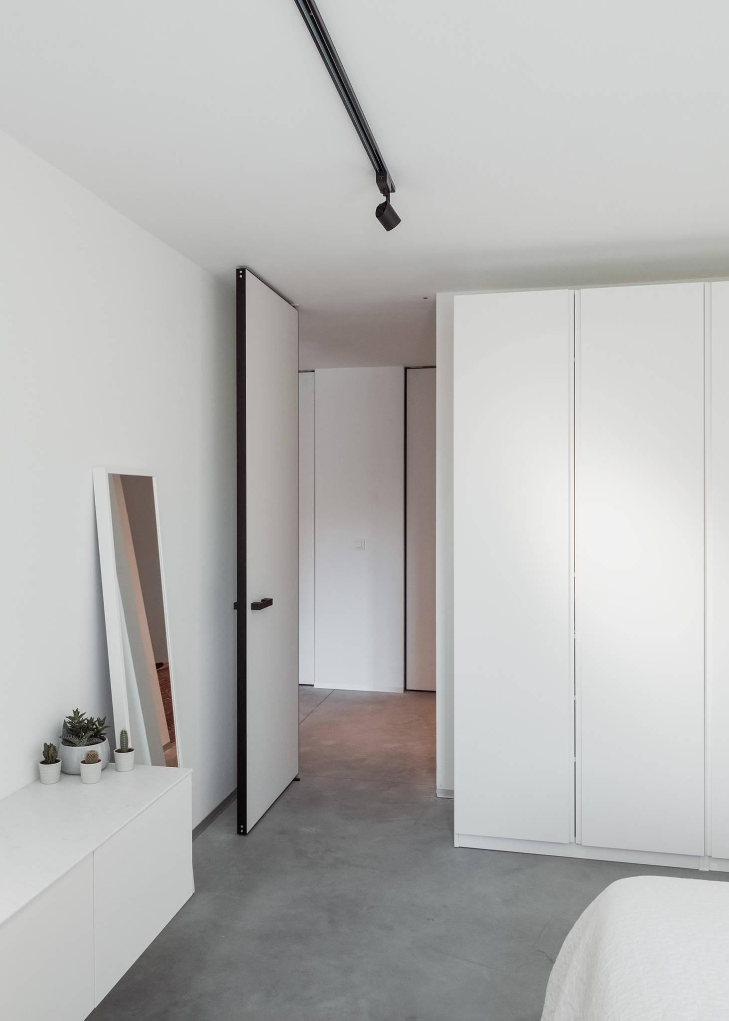 Pivot door with Stealth Pivot NL