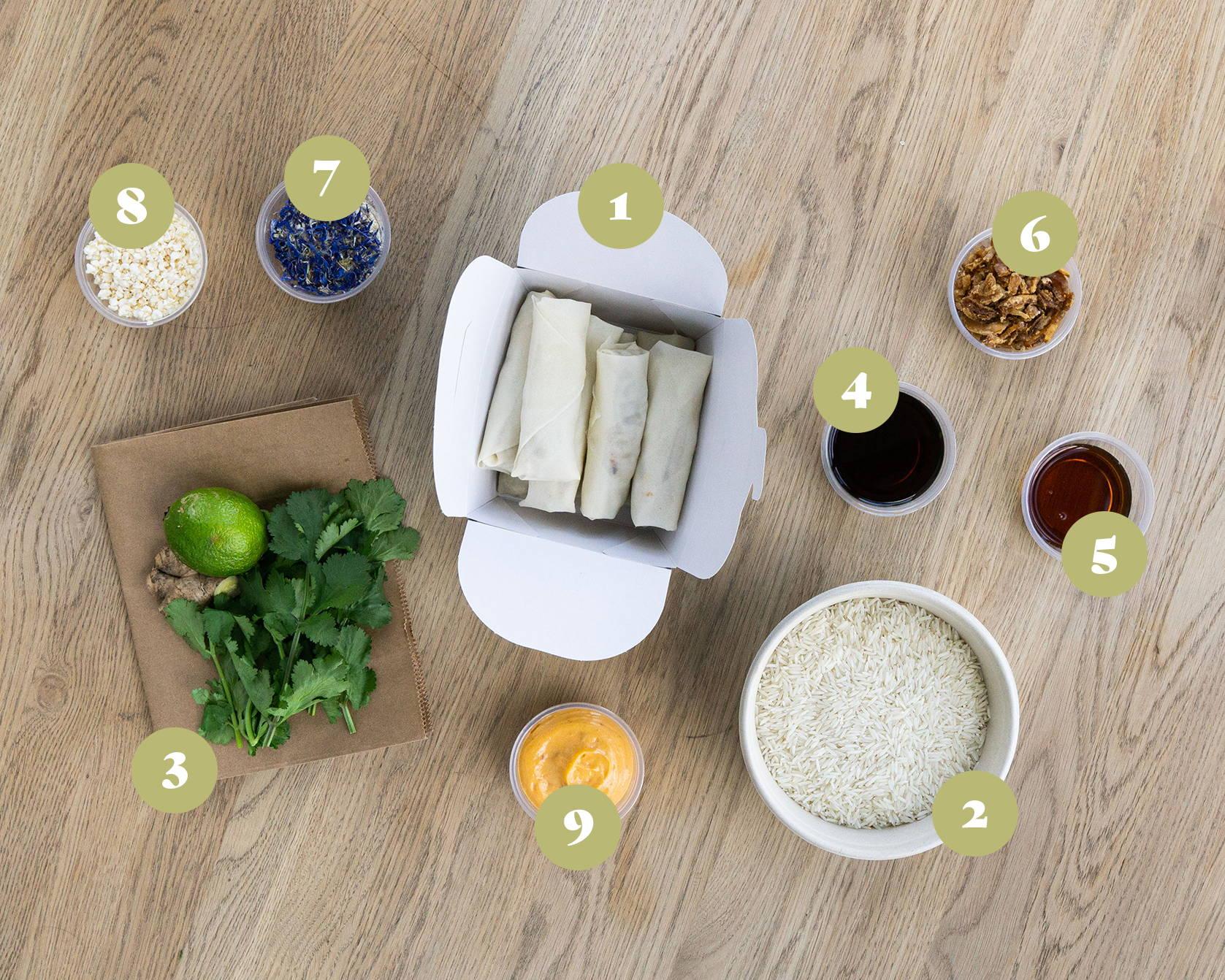 Opskrift og vejledning til Sprøde forårsruller med braiseret okse.  Serveret med ris, løg, tørrede blomster, sesam og ponzu