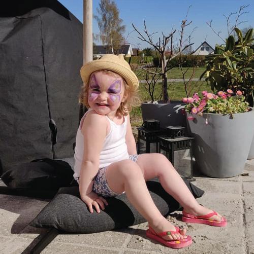 Baser Schirmständer Sandsäcke Mädchen sitzt auf Sandsack Sommer Sonne Schatten