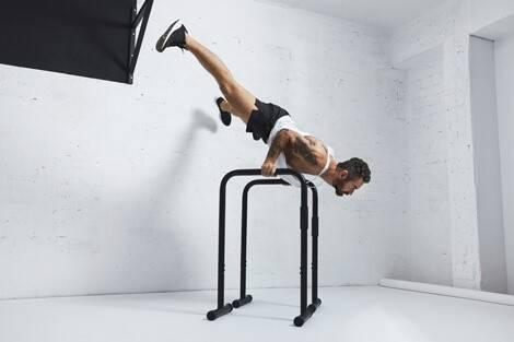 Mann macht Bodyweight-Training als Teil seines Krafttrainings zu Hause