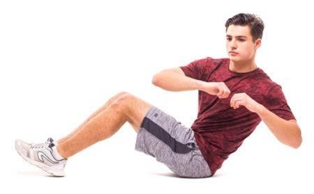 Mann bei der Bauchübung Russischer Twist