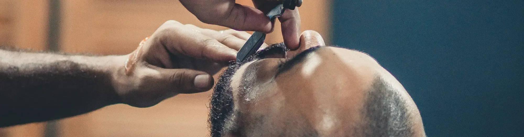 rasiermesser beim rasieren im barbershop