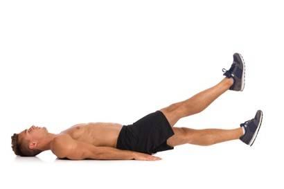 L'uomo che fa l'esercizio dei muscoli addominali - Forbici