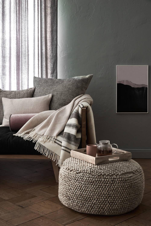 Hygge-Wohnzimmer mit Woll-Pouf