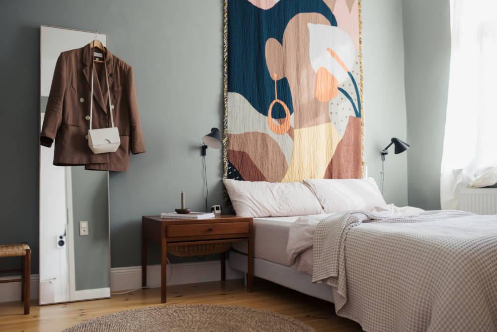 Bett mit Bettwäsche aus Bio-Baumwolle