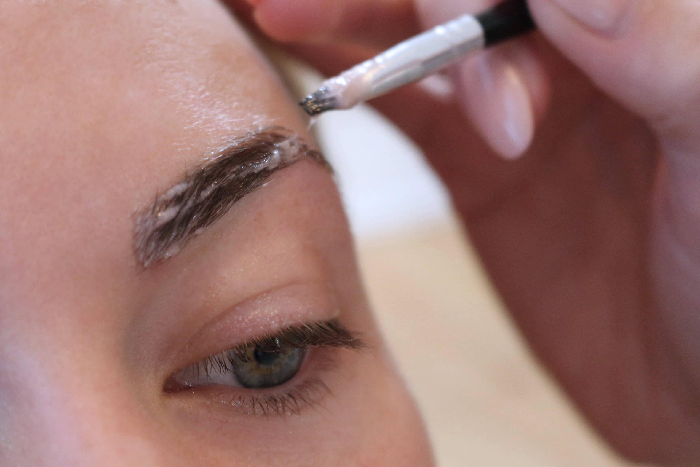 augenbrauen zupfen und färben in der kosmetik von püppikram