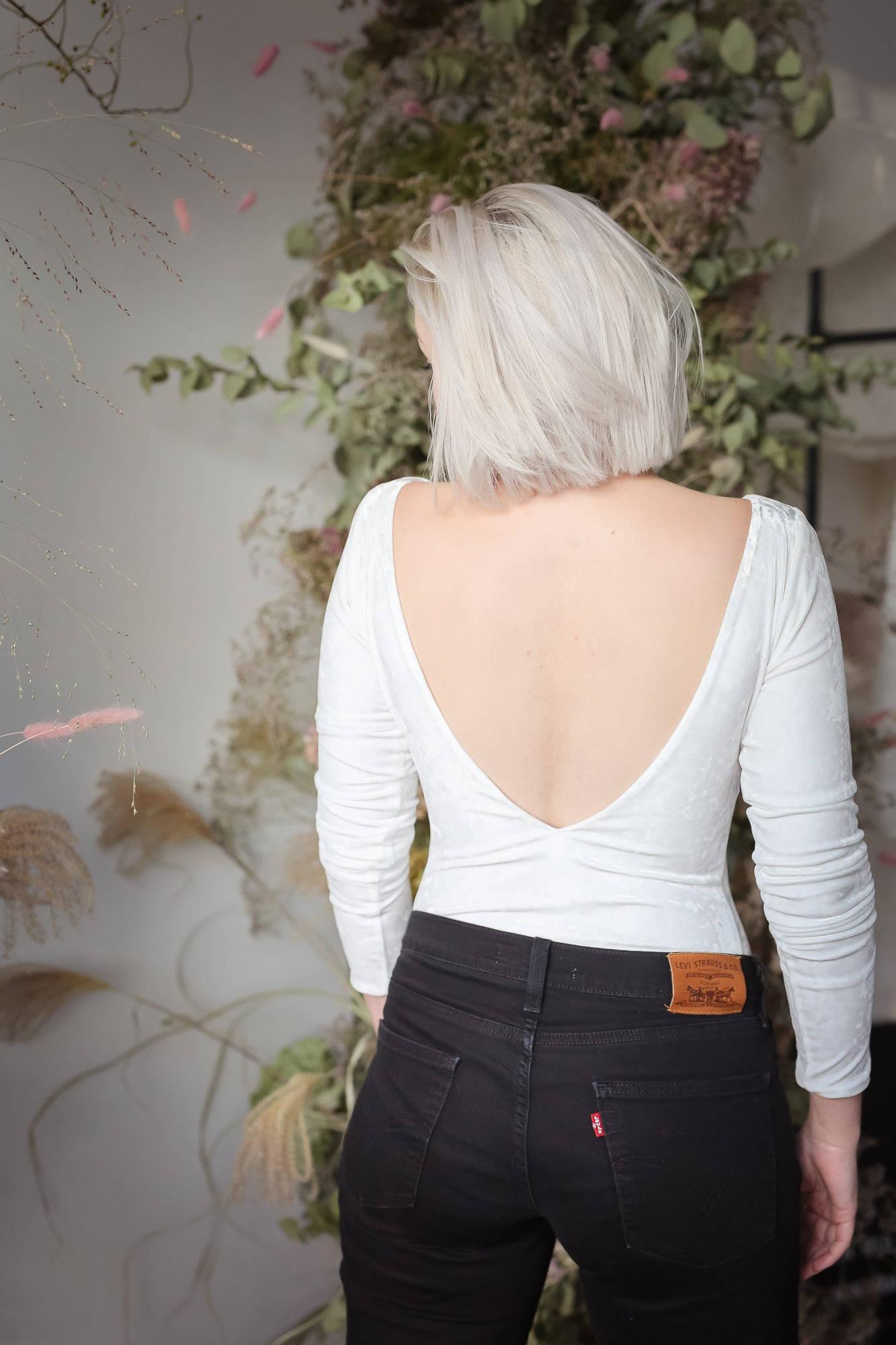 noni Brautkleider, rückenfreier Brautbody aus Samt mit schwarzer Jeans