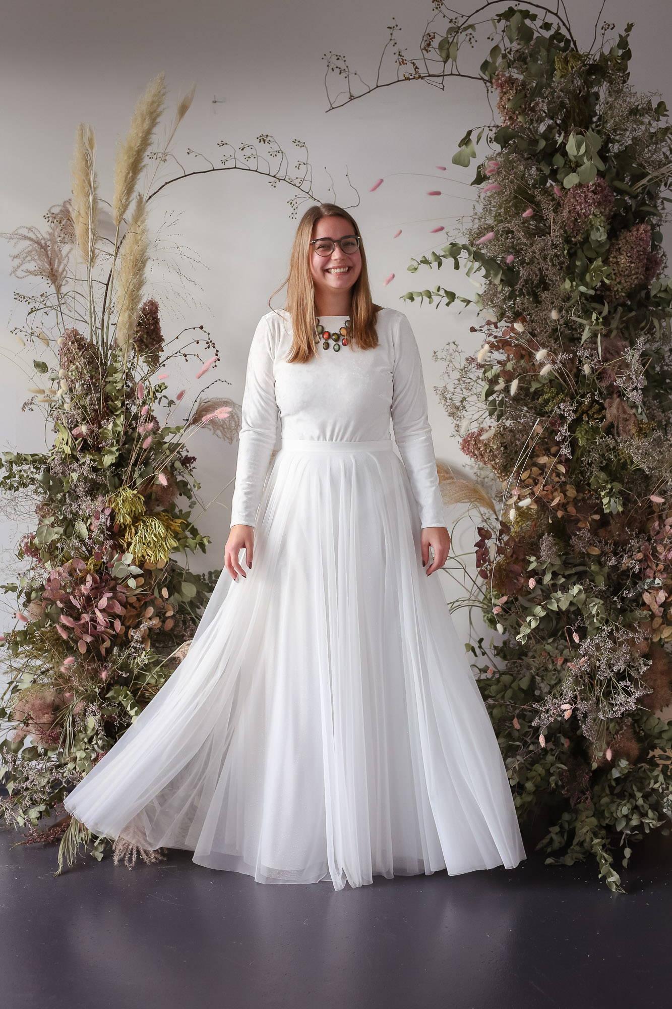 noni Brautkleider, modernes, zweiteiliges Brautkleid in Ivory mit Langarm-Body aus Samt mit Rückenausschnitt und langem Tüllrock