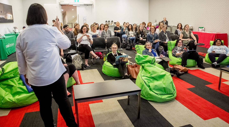 Publikum hört bei einem Live-Event von Tobii Dynavox zu