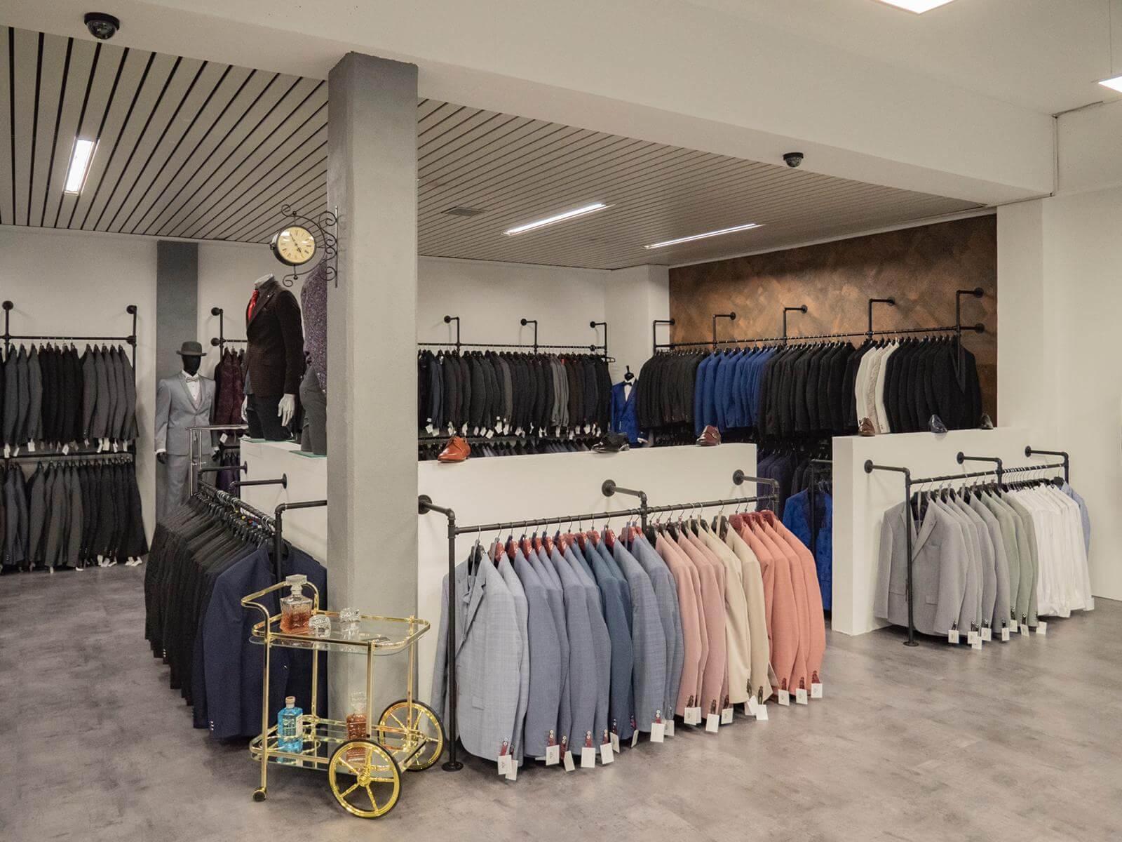 Ladeneinrichtung im industrial design aus rohren Anzugladen Brautmode im industrie look mit pamo kleiderstangen für die wand
