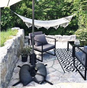 Baser Sonnenschirmständer Sonnenschirm Sandsäcke dunkelgrau Stein Garten Bäume Hängematte