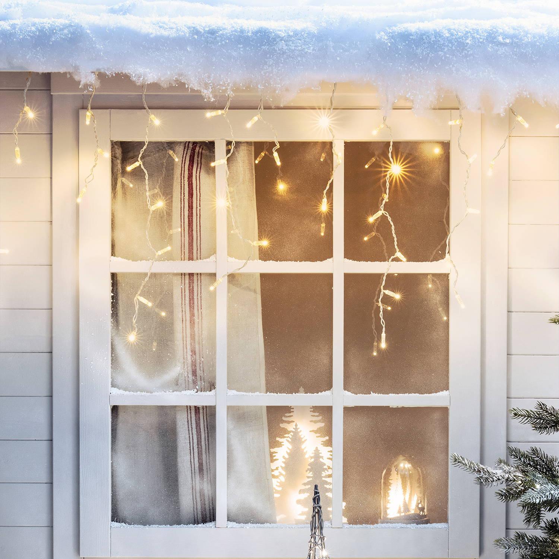 Eiszapfen Lichterketten aufhangen im Fenster