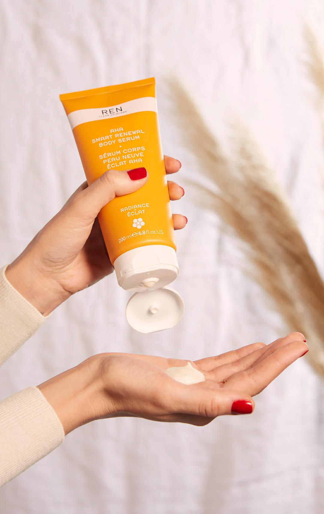 Sérum Corps Peau Neuve Eclat AHA de Ren Skincare : crème gommante à base d'acides de fruits