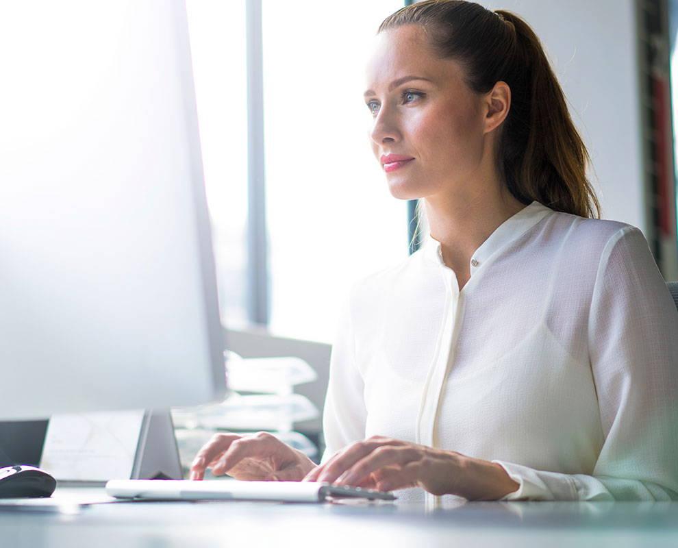 Frau schaut sich ein Einführungs-Tutorial zu AccessIT 3 von Tobii Dynavox an