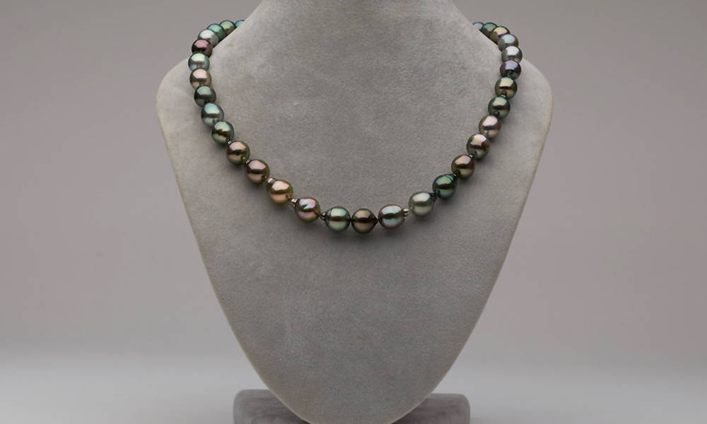 Pearl Grading: Intermediate AA+/AAA Tahitian Pearl Necklace on Bust