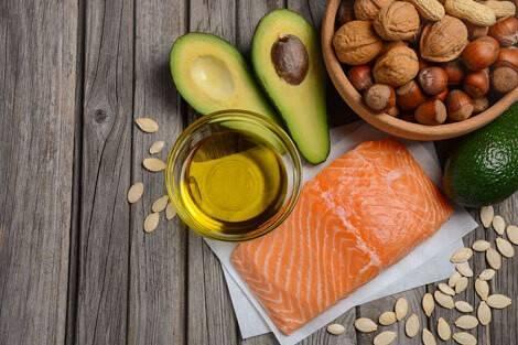 Low Carb Lebensmittel wie Lachs und Avocado
