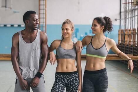 Zwei Frauen und ein Mann nach dem Sixpack-Training