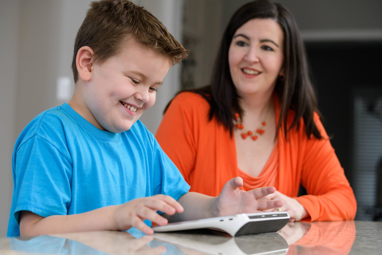 En gutt kommuniserer med moren ved hjelp av kommunikasjonsappen Snap + Core First