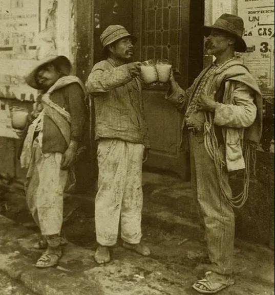 Trabalhadores mexicanos brindando Pulque, fermentado de Maguay.