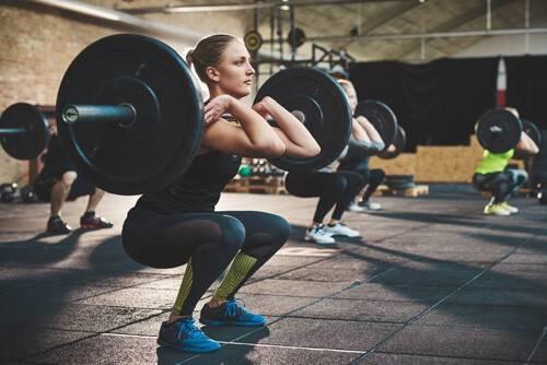 Frau macht Front-Squats
