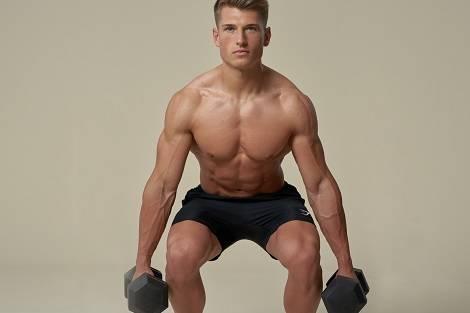 Alex macht Übung aus einem Muskelaufbau-Trainingsplan
