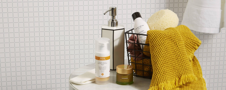 Sélection d'exfoliants pour le visage : poudre exfoliante Oh My Cream Skincare, masque resurfaçant Tata Harper, gel exfoliant Ren Skincare