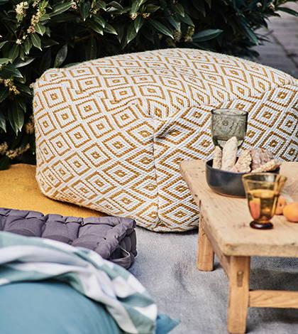 Recycelter PET-Teppich mit Bodenkissen und Picknick