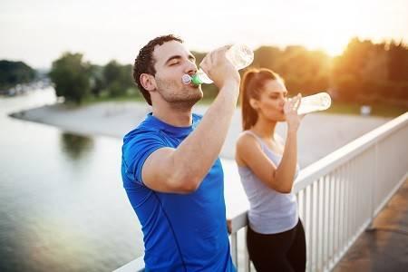 Paar während des Trinkens in der Trainingspause