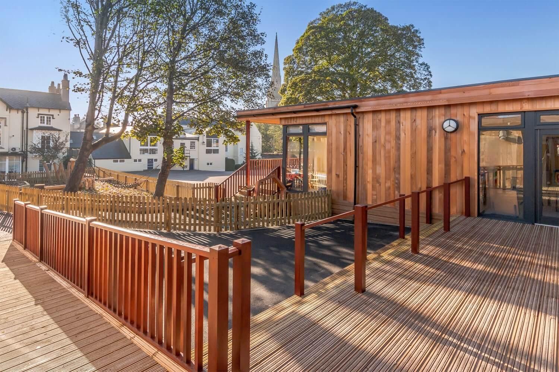 Terrasse antidérapante pour les écoles