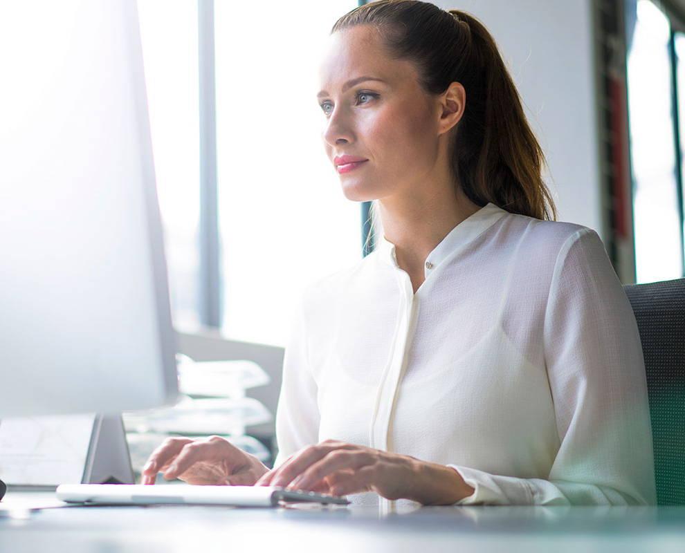 Frau schaut sich ein Webinar von Tobii Dynavox auf ihrem Laptop an
