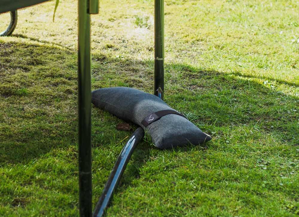 Sandsække til at sikre trampolinen