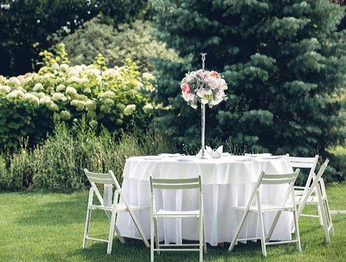 Outdoor wedding reception table at a summer wedding