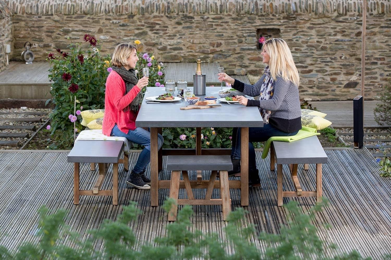 Les personnes appréciant le déjeuner sur la terrasse