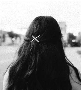 Épingles à cheveux concises et de couleur claire