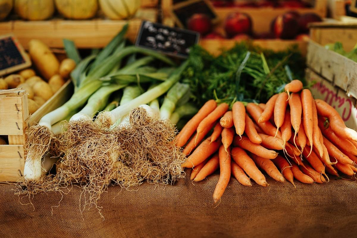 Organic leaks and carrots on sale at a farmers' market