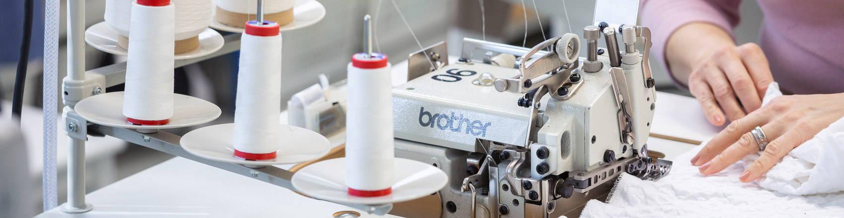 Voglian oma valmistus ompelukone tehtaalla