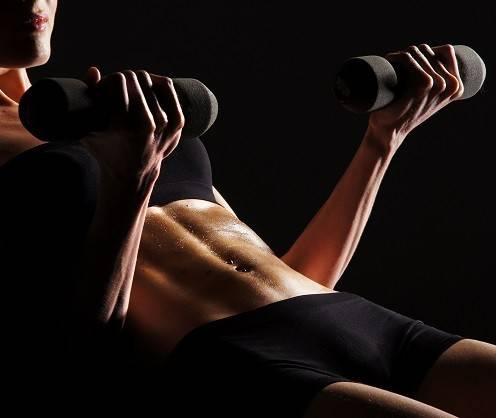 Frau beim Bauchmuskeltraining