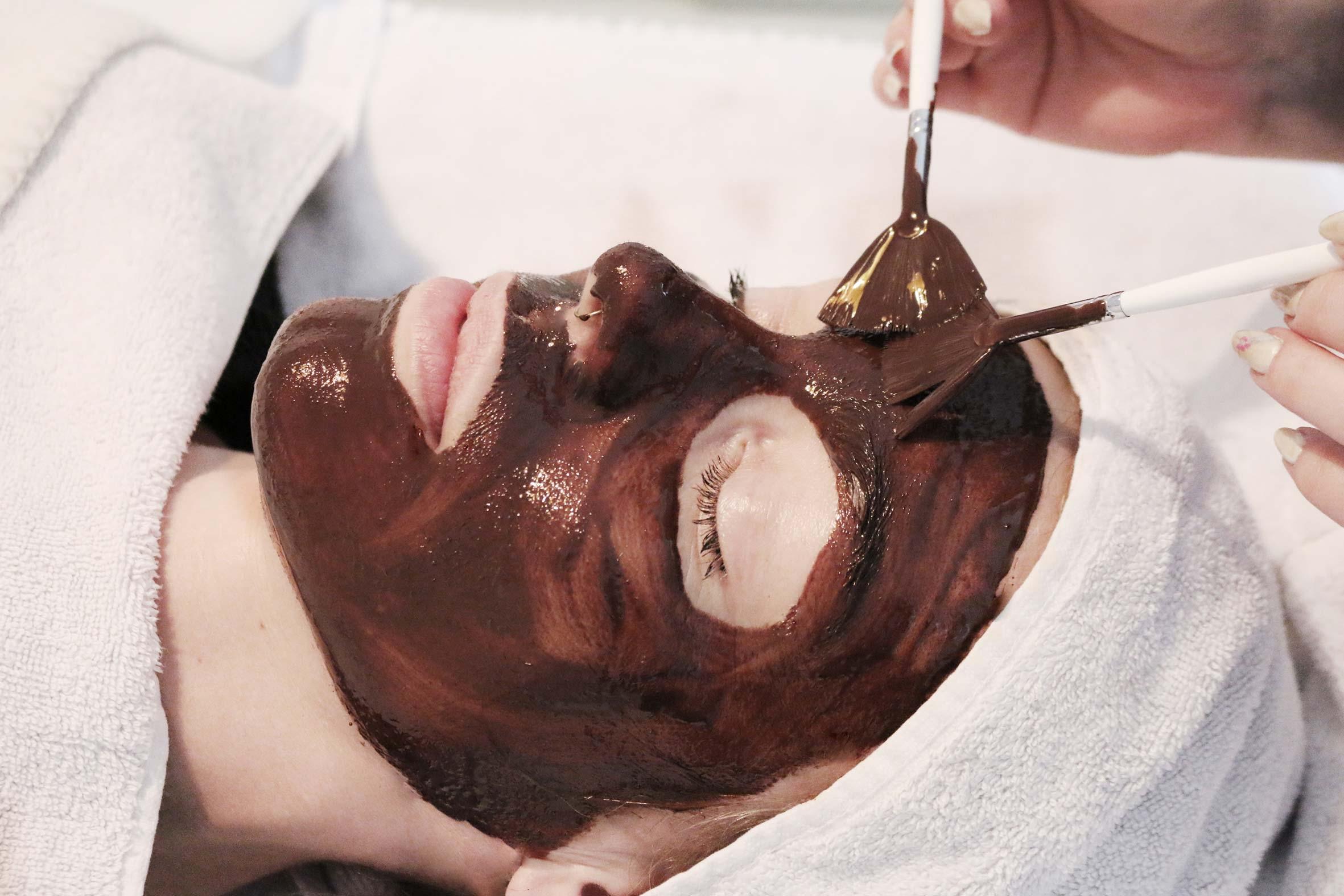 wellness schokomassage gesicht mit pinselmassage im kosmetikbereich bei püppikram