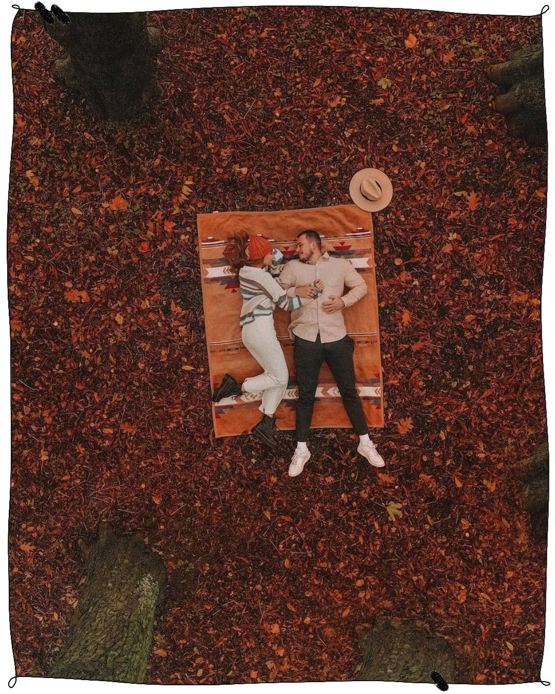 Ana Johnson und Tim Johnson liegen auf dem Waldboden. Drohnenshot.