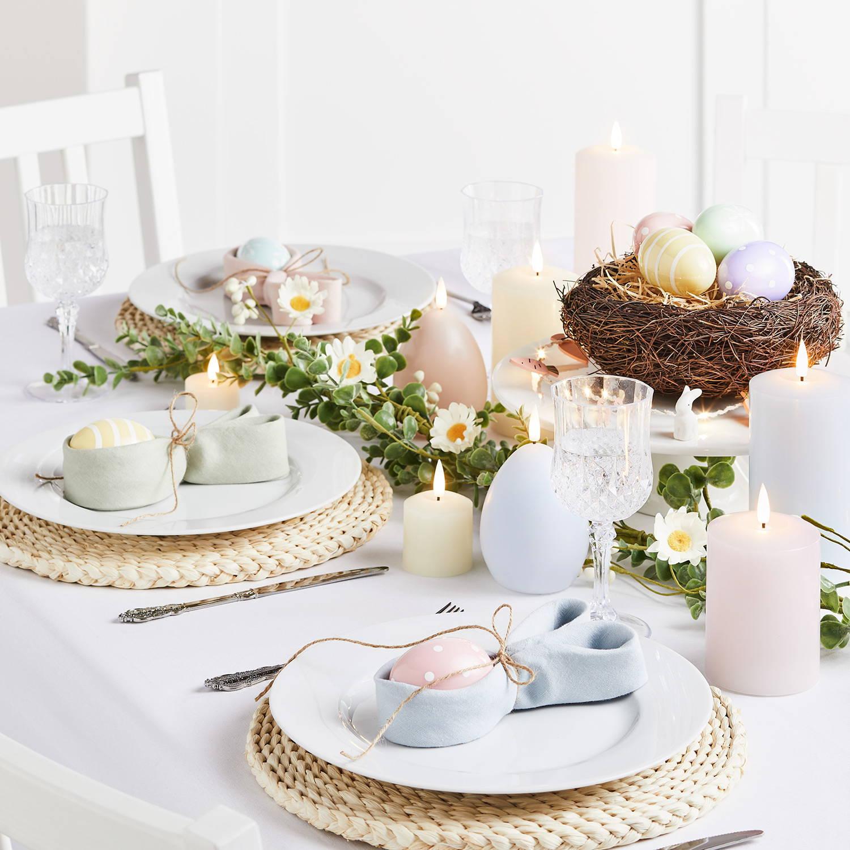 Ostertisch mit Deko Ostereiern und LED Kerzen